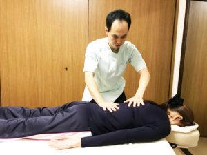 骨盤から背骨の施術